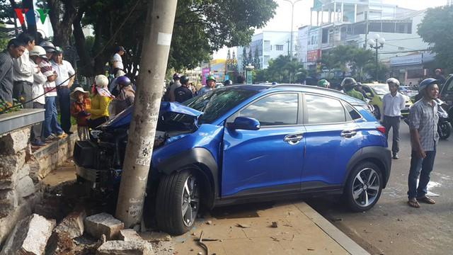Ảnh: Hiện trường vụ ô tô con tông hàng loạt xe khi dừng đèn đỏ - Ảnh 5.