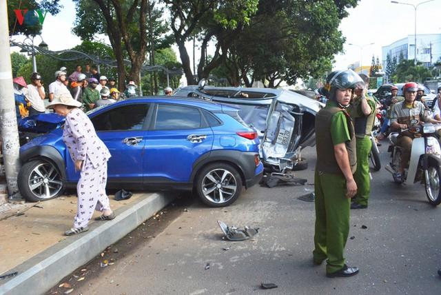 Ảnh: Hiện trường vụ ô tô con tông hàng loạt xe khi dừng đèn đỏ - Ảnh 8.