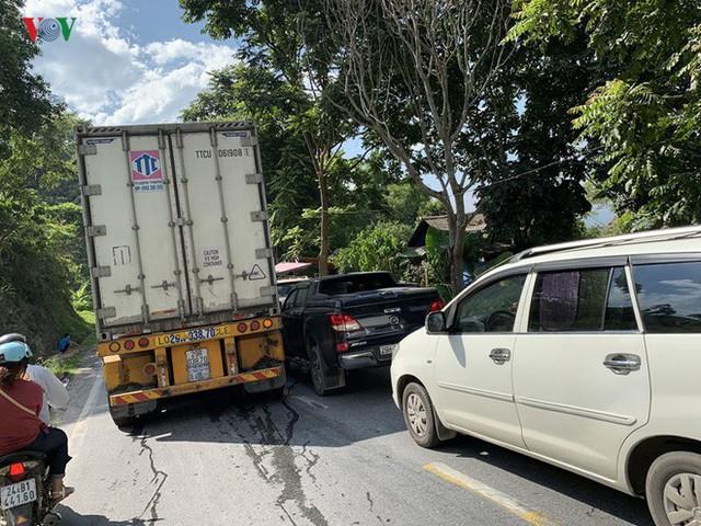 Xe container gặp sự cố, quốc lộ 4D đi Sa Pa bị ùn tắc kéo dài - Ảnh 2.