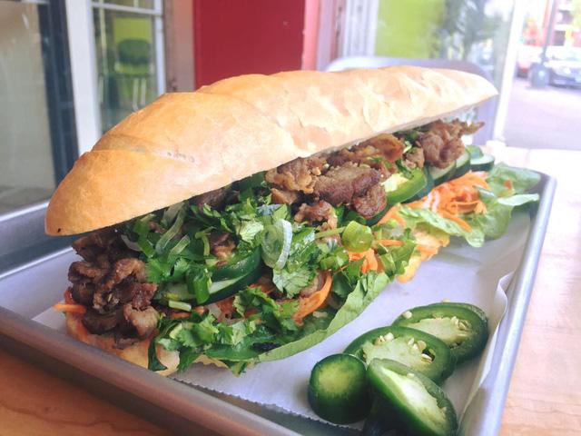 """Ở Mỹ, mọi món ăn đều có phiên bản """"siêu to khổng lồ"""" và bánh mì Việt Nam cũng không ngoại lệ - Ảnh 5."""