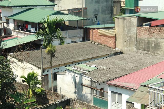 Cái nóng Hà Nội lên đến 50 độ: Dân xóm nghèo oằn mình trong các phòng trọ lợp ngói tôn, hầm hập như muốn luộc chín người - Ảnh 1.