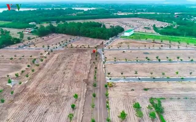 Xúc đất lấp đường nhựa xây dựng trên đất nông nghiệp tại dự án Alibaba - Ảnh 1.