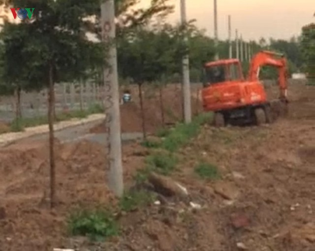 Xúc đất lấp đường nhựa xây dựng trên đất nông nghiệp tại dự án Alibaba - Ảnh 2.