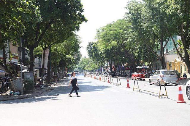 Lạ lẫm phố Trần Hưng Đạo được rào chắn, ngơ ngác chui dây tìm lối thoát - Ảnh 3.