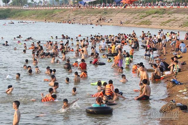 Hà Nội nóng rát, bãi biển ngoại thành ngàn người tắm mát - Ảnh 2.