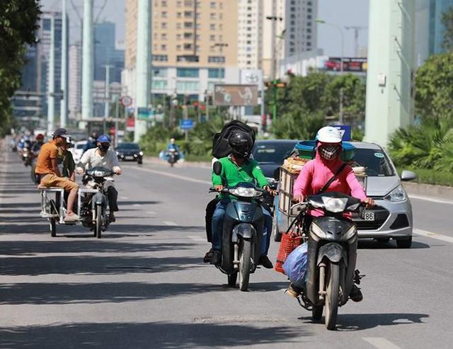 Người dân hãi hùng phơi nắng trên con đường nóng nhất Thủ đô - Ảnh 2.