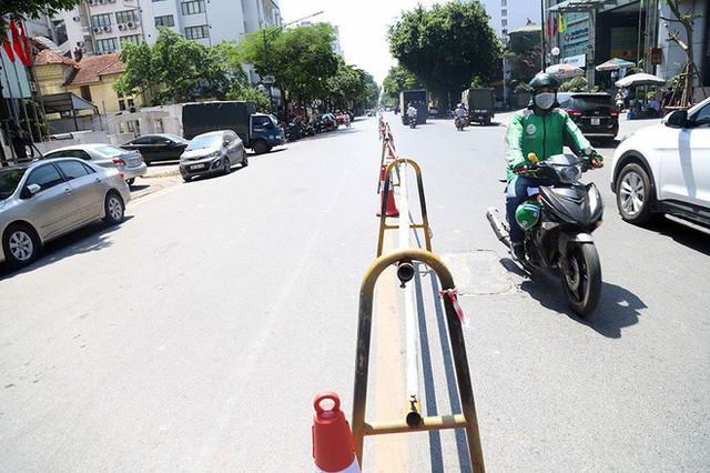 Lạ lẫm phố Trần Hưng Đạo được rào chắn, ngơ ngác chui dây tìm lối thoát - Ảnh 12.