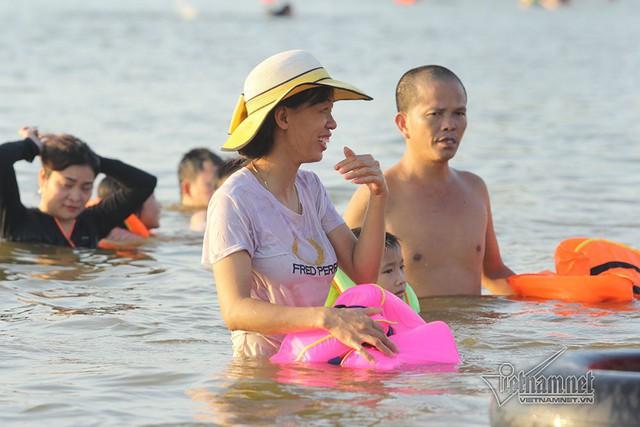 Hà Nội nóng rát, bãi biển ngoại thành ngàn người tắm mát - Ảnh 12.