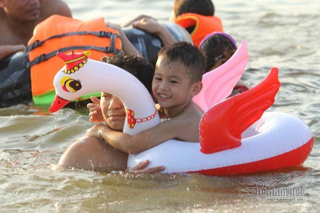 Hà Nội nóng rát, bãi biển ngoại thành ngàn người tắm mát - Ảnh 15.