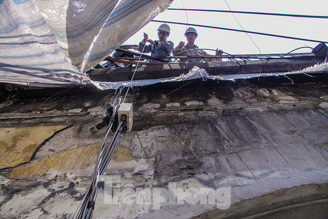 Chạy thử tàu trên vòm cầu đá trăm tuổi vừa được đục thông - Ảnh 14.