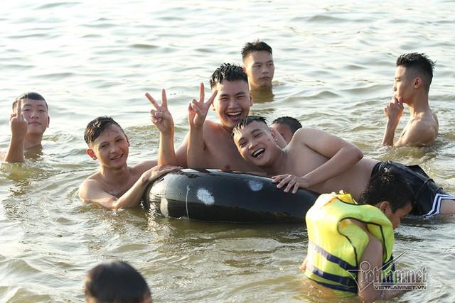 Hà Nội nóng rát, bãi biển ngoại thành ngàn người tắm mát - Ảnh 16.