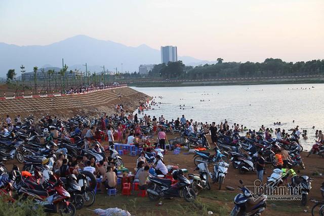 Hà Nội nóng rát, bãi biển ngoại thành ngàn người tắm mát - Ảnh 19.