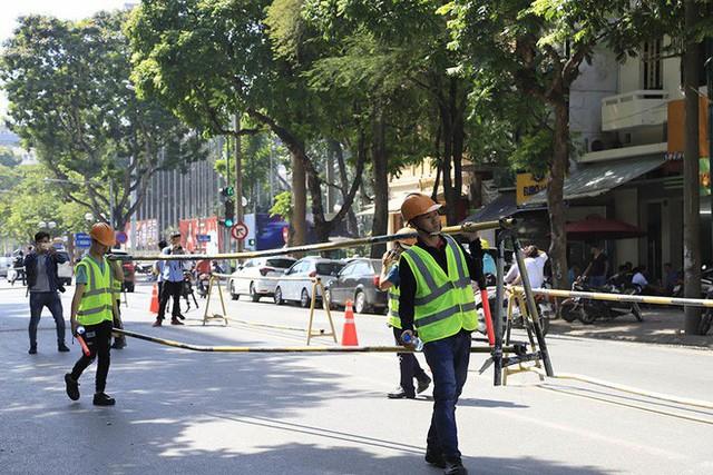 Lạ lẫm phố Trần Hưng Đạo được rào chắn, ngơ ngác chui dây tìm lối thoát - Ảnh 4.