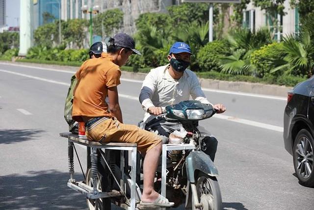Người dân hãi hùng phơi nắng trên con đường nóng nhất Thủ đô - Ảnh 3.