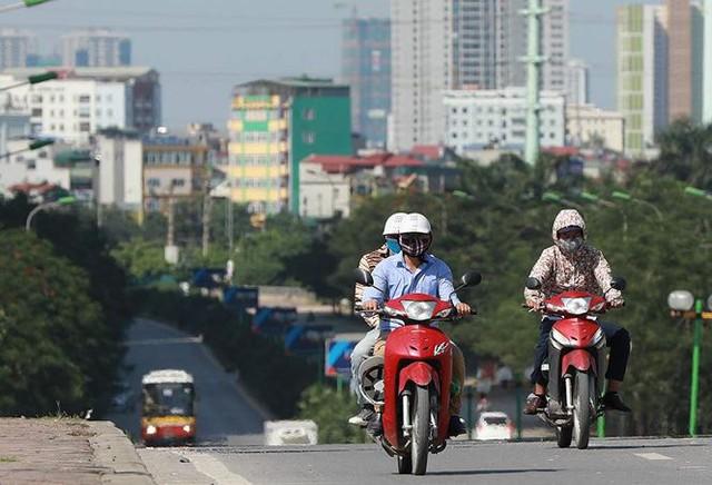 Người dân hãi hùng phơi nắng trên con đường nóng nhất Thủ đô - Ảnh 4.