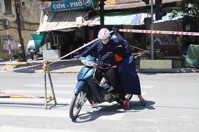 Lạ lẫm phố Trần Hưng Đạo được rào chắn, ngơ ngác chui dây tìm lối thoát - Ảnh 6.