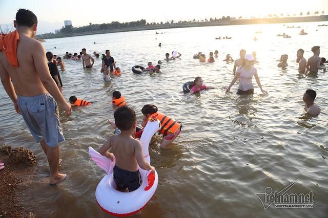 Hà Nội nóng rát, bãi biển ngoại thành ngàn người tắm mát - Ảnh 6.