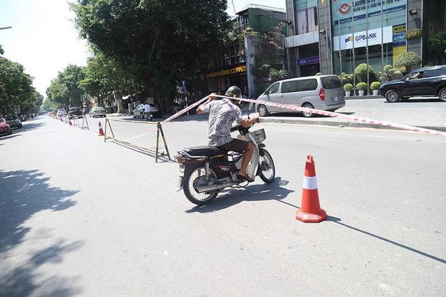 Lạ lẫm phố Trần Hưng Đạo được rào chắn, ngơ ngác chui dây tìm lối thoát - Ảnh 8.
