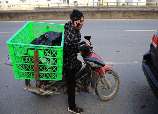 Người dân hãi hùng phơi nắng trên con đường nóng nhất Thủ đô - Ảnh 7.