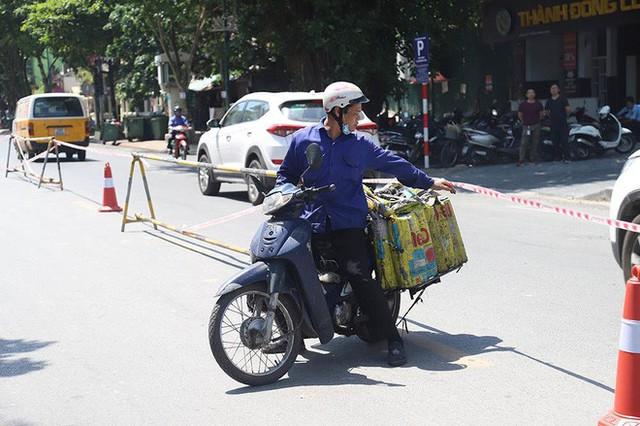 Lạ lẫm phố Trần Hưng Đạo được rào chắn, ngơ ngác chui dây tìm lối thoát - Ảnh 9.