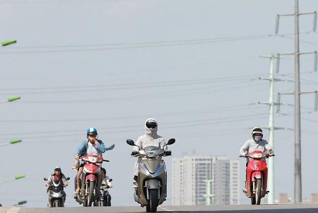 Người dân hãi hùng phơi nắng trên con đường nóng nhất Thủ đô - Ảnh 9.
