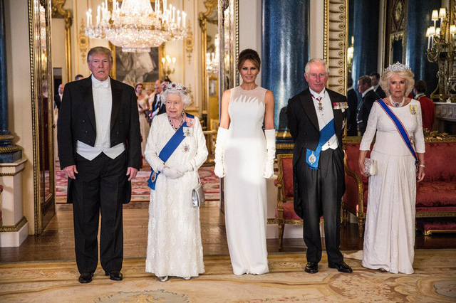 Chẳng kém Kate Middleton, bà Melania Trump gây ấn tượng với cách lựa chọn trang phục khiến ai cũng kiêng nể - Ảnh 2.