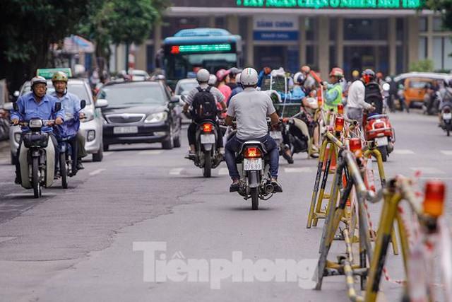 Giao thông hỗn loạn gần dự án ga ngầm trên phố Trần Hưng Đạo - Ảnh 2.