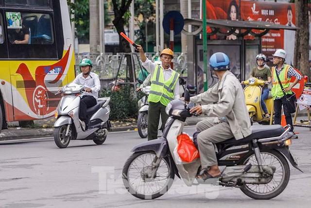 Giao thông hỗn loạn gần dự án ga ngầm trên phố Trần Hưng Đạo - Ảnh 12.