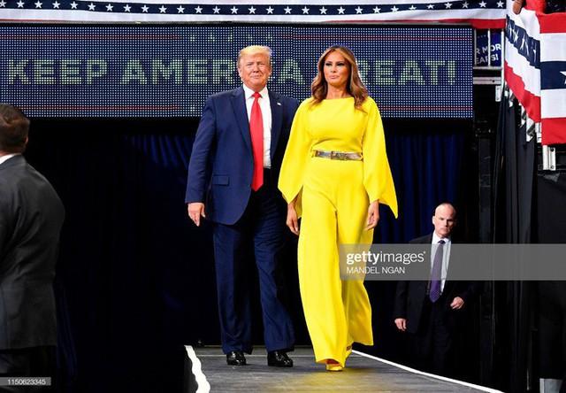 Chẳng kém Kate Middleton, bà Melania Trump gây ấn tượng với cách lựa chọn trang phục khiến ai cũng kiêng nể - Ảnh 4.