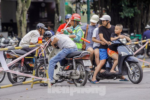 Giao thông hỗn loạn gần dự án ga ngầm trên phố Trần Hưng Đạo - Ảnh 8.