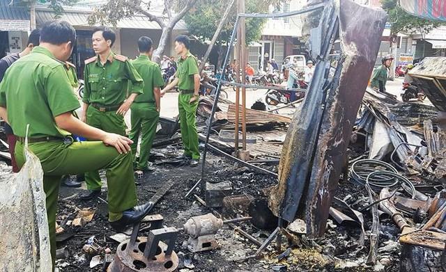 12 quầy hàng trên đường Trần Hưng Đạo bị thiêu rụi trong đêm  - Ảnh 3.