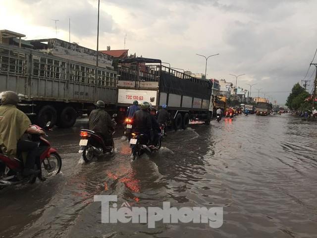 Nước chảy như thác đổ sau mưa, nhiều tuyến đường ở Sài Gòn ngập nặng - Ảnh 2.