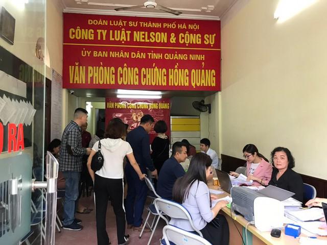 Một phòng công chứng ở Vân Đồn trong cơn sốt đất hồi tháng 3. Ảnh: Tuấn Tú.