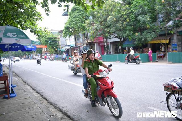 Ảnh: Cảnh sát Hà Giang dùng xe chuyên dụng hú còi hộ tống thí sinh ngủ muộn đến điểm thi - Ảnh 2.