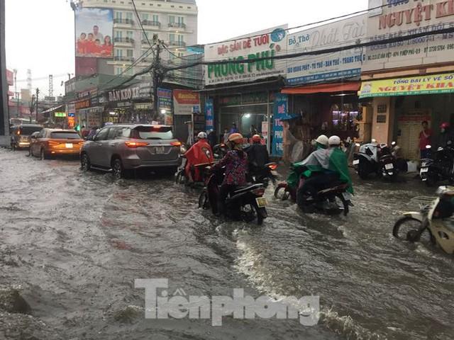 Nước chảy như thác đổ sau mưa, nhiều tuyến đường ở Sài Gòn ngập nặng - Ảnh 3.