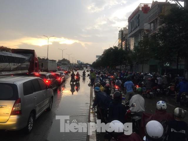 Nước chảy như thác đổ sau mưa, nhiều tuyến đường ở Sài Gòn ngập nặng - Ảnh 4.