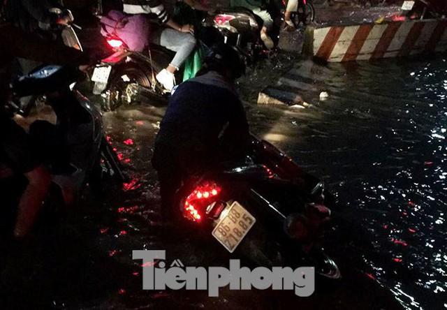 Nước chảy như thác đổ sau mưa, nhiều tuyến đường ở Sài Gòn ngập nặng - Ảnh 5.