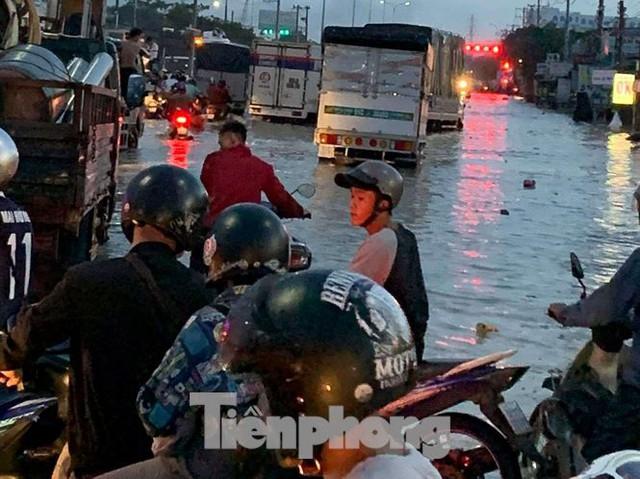 Nước chảy như thác đổ sau mưa, nhiều tuyến đường ở Sài Gòn ngập nặng - Ảnh 6.