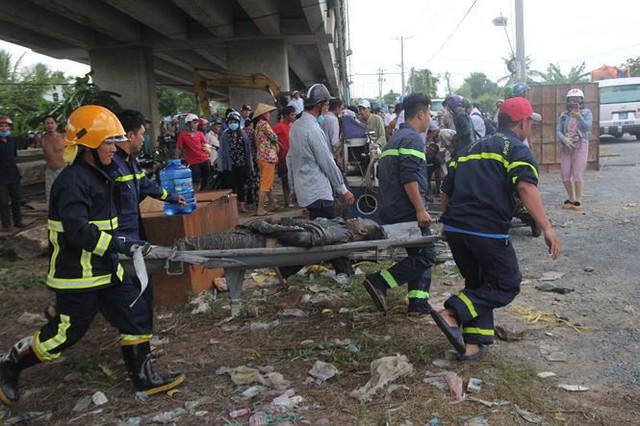 Hai ô tô rơi khỏi cầu Hàm Luông sau va chạm, nhiều người thương vong - Ảnh 1.