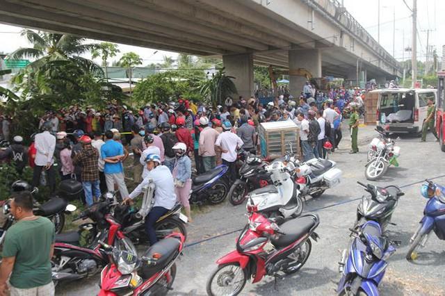 Hai ô tô rơi khỏi cầu Hàm Luông sau va chạm, nhiều người thương vong - Ảnh 2.