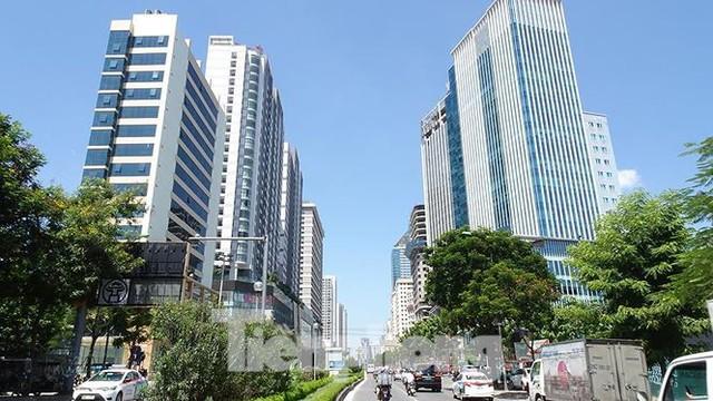 Những tuyến phố Hà Nội ngộp thở với cao ốc ngày nắng nóng - Ảnh 1.