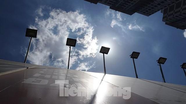 Những tuyến phố Hà Nội ngộp thở với cao ốc ngày nắng nóng - Ảnh 8.