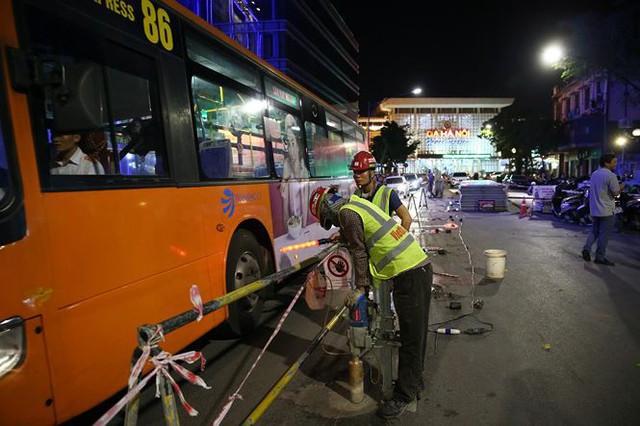 Quây rào tôn trên phố Trần Hưng Đạo để thi công nhà ga ngầm S12 - Ảnh 3.