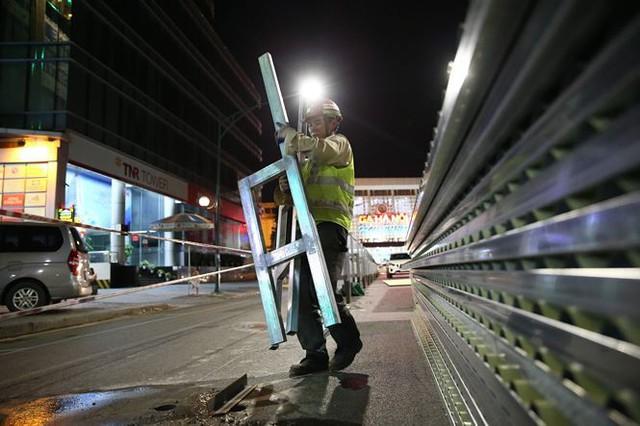 Quây rào tôn trên phố Trần Hưng Đạo để thi công nhà ga ngầm S12 - Ảnh 4.