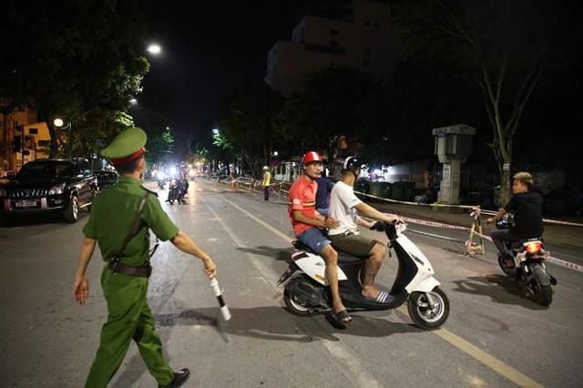 Quây rào tôn trên phố Trần Hưng Đạo để thi công nhà ga ngầm S12 - Ảnh 5.