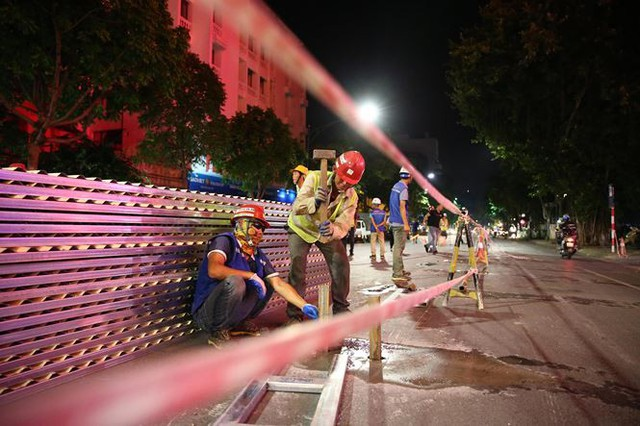 Quây rào tôn trên phố Trần Hưng Đạo để thi công nhà ga ngầm S12 - Ảnh 6.