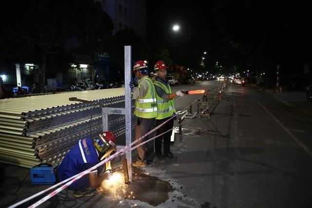 Quây rào tôn trên phố Trần Hưng Đạo để thi công nhà ga ngầm S12 - Ảnh 7.