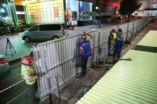 Quây rào tôn trên phố Trần Hưng Đạo để thi công nhà ga ngầm S12 - Ảnh 8.