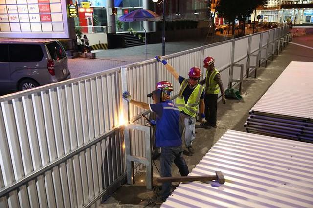 Quây rào tôn trên phố Trần Hưng Đạo để thi công nhà ga ngầm S12 - Ảnh 9.