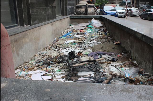 Khổ như dân mua chung cư của COMA18: 5 năm không có sổ đỏ, vườn hoa thành bãi rác, giá nhà giảm mạnh - Ảnh 1.